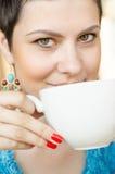 Café de consumición de la mujer Imágenes de archivo libres de regalías