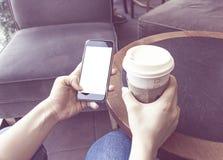 Café de consumición de la mujer Fotos de archivo libres de regalías