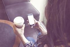 Café de consumición de la mujer Imagenes de archivo