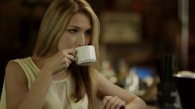 Café de consumición de la mujer almacen de metraje de vídeo