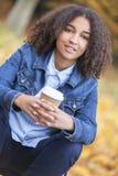 Café de consumición de la mujer afroamericana del adolescente de la raza mixta Imagen de archivo libre de regalías