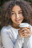 Café de consumición de la mujer afroamericana del adolescente de la raza mixta Fotos de archivo libres de regalías