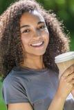 Café de consumición de la mujer afroamericana del adolescente de la raza mixta Imagenes de archivo