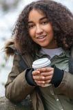 Café de consumición de la mujer afroamericana del adolescente de la raza mixta Foto de archivo libre de regalías