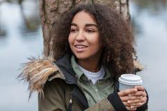Café de consumición de la mujer afroamericana del adolescente de la raza mixta Fotografía de archivo