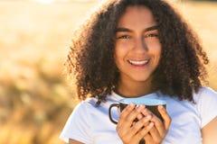 Café de consumición de la mujer afroamericana del adolescente de la raza mixta Imagen de archivo