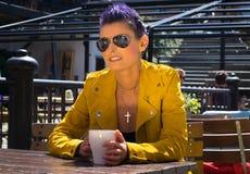 Café de consumición de la mujer afuera Foto de archivo libre de regalías