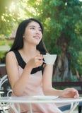 Café de consumición de la mujer asiática Fotografía de archivo libre de regalías