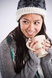 Café de consumición de la mujer asiática hermosa Imagenes de archivo