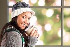 Café de consumición de la mujer asiática hermosa Foto de archivo libre de regalías