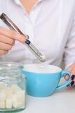 Café de consumición de la mujer bastante joven Imagen de archivo