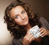 Café de consumición de la mujer bonita joven Foto de archivo libre de regalías