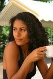 Café de consumición de la mujer brasileña hermosa Imagen de archivo libre de regalías