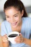 Café de consumición de la mujer china asiática o té negro Foto de archivo libre de regalías