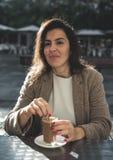 Café de consumición de la mujer de 40 años Fotos de archivo