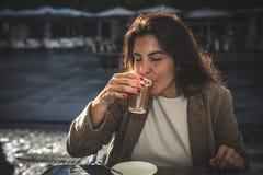 Café de consumición de la mujer de 40 años Imagenes de archivo