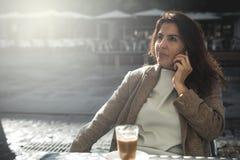 Café de consumición de la mujer de 40 años Foto de archivo libre de regalías