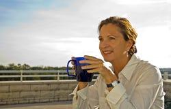 Café de consumición de la mujer de la Edad Media   Fotos de archivo libres de regalías