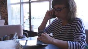 Café de consumición de la mujer de negocios en un café metrajes