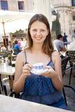 Café de consumición de la mujer en café al aire libre Imagenes de archivo
