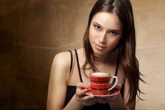 Café de consumición de la mujer hermosa Imágenes de archivo libres de regalías