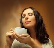 Café de consumición de la mujer hermosa Fotos de archivo
