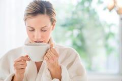 Café de consumición de la mujer hermosa en balneario de la salud fotografía de archivo libre de regalías