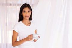 Café de consumición de la mujer india Imagen de archivo