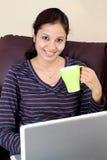 Café de consumición de la mujer india feliz Foto de archivo libre de regalías
