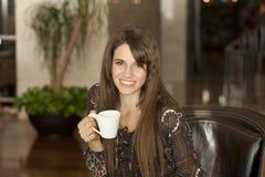 Café de consumición de la mujer joven Imagenes de archivo