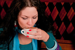 Café de consumición de la mujer joven Imágenes de archivo libres de regalías