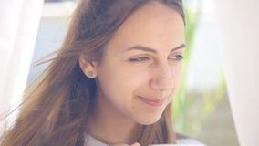 Café de consumición de la mujer joven almacen de metraje de vídeo