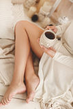 Café de consumición de la mujer joven en casa en su sitio Foto de archivo