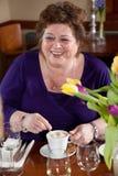 Café de consumición de la mujer madura imagen de archivo