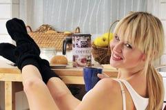 Café de consumición de la mujer rubia hermosa Imagen de archivo libre de regalías