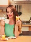 Café de consumición de la mujer y consumición de la torta deliciosa Fotos de archivo libres de regalías