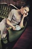 Café de consumición de la señora tranquila Fotografía de archivo libre de regalías