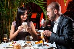 Café de consumición de los pares en el restaurante imagenes de archivo