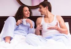 Café de consumición de los pares en la cama Imagen de archivo