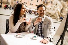 Café de consumición de los pares en Roma, Italia imagenes de archivo