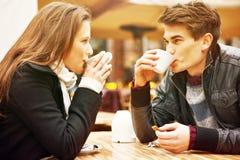 Café de consumición de los pares jovenes foto de archivo