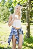 Café de consumición del adolescente hermoso en parque Imagenes de archivo