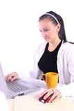 Café de consumición del adolescente mientras que trabaja en los comp Imagenes de archivo