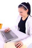 Café de consumición del adolescente mientras que trabaja en los comp Fotografía de archivo libre de regalías