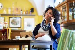 Café de consumición del café express de la mujer embarazada en barra Imágenes de archivo libres de regalías