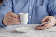 Café de consumición del café express del hombre de negocios en el café de la ciudad durante lun Fotografía de archivo