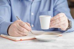 Café de consumición del café express del hombre de negocios en el café de la ciudad durante lun Fotografía de archivo libre de regalías