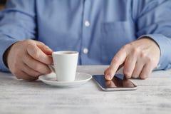 Café de consumición del café express del hombre de negocios en el café de la ciudad durante lun Fotos de archivo libres de regalías