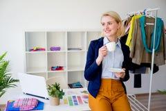 Café de consumición del diseñador de sexo femenino Imagen de archivo libre de regalías