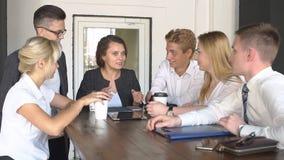 Café de consumición del equipo creativo feliz en la rotura y la discusión el tener en la cámara lenta de la oficina almacen de video